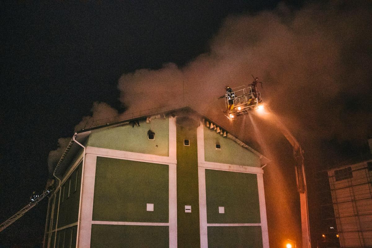 Площадь пожара достигла 150 квадратных метров