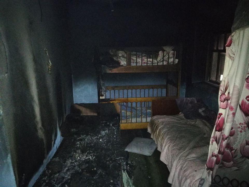 Вероятно, привычка покурить в кровати унесла жизни троих человек, среди которых двое маленьких детей