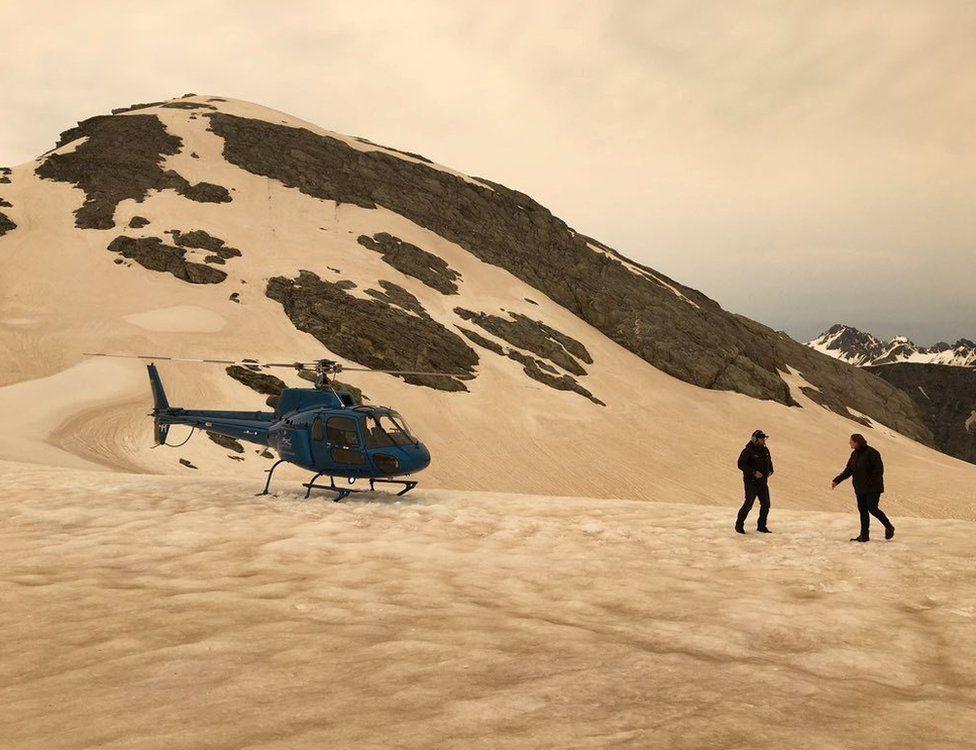 Снег у ледника Франца-Иосифа пожелтел от пыли от огня. Фото BBC
