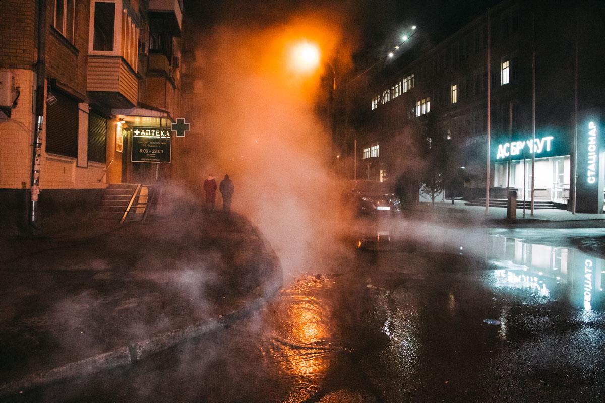 Так, в Киеве на улице Семьи Издыковских, которая находится неподалеку от Воздухофлотского проспекта, прорвало трубу