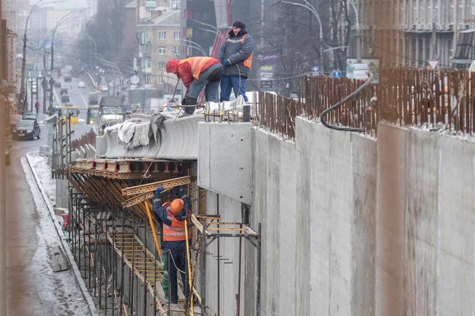 Рабочие готовят съезды с моста на проспект
