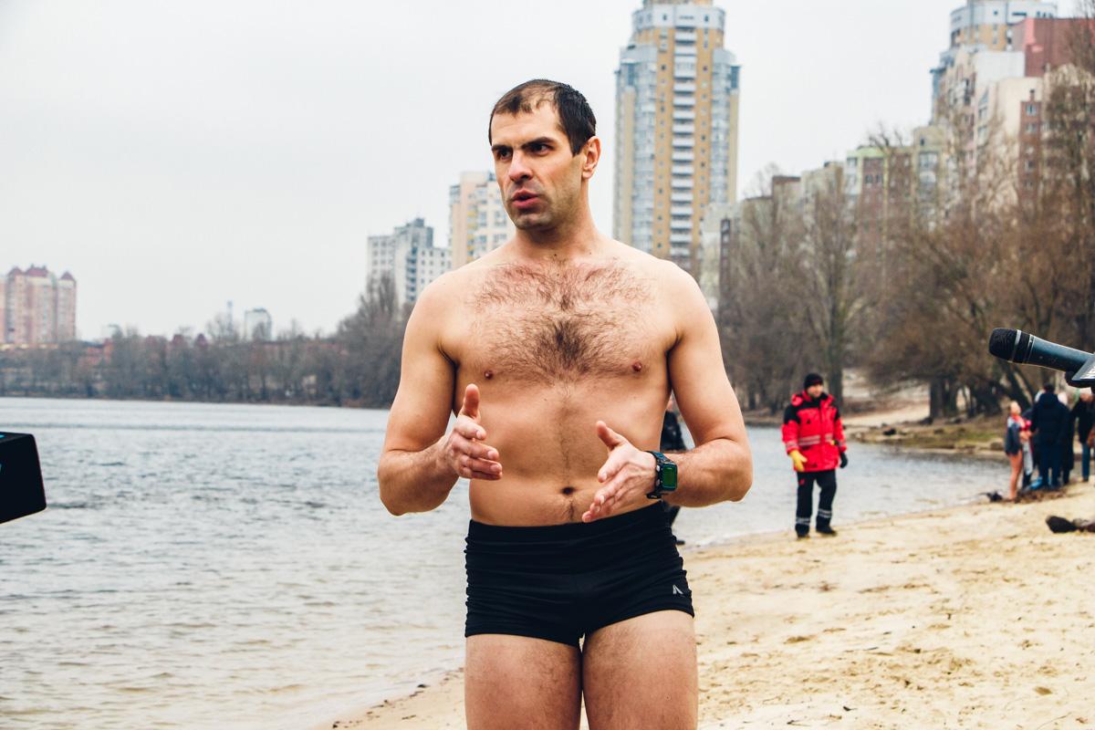 Спасатель показать, как подготовиться к купанию без вреда для здоровья