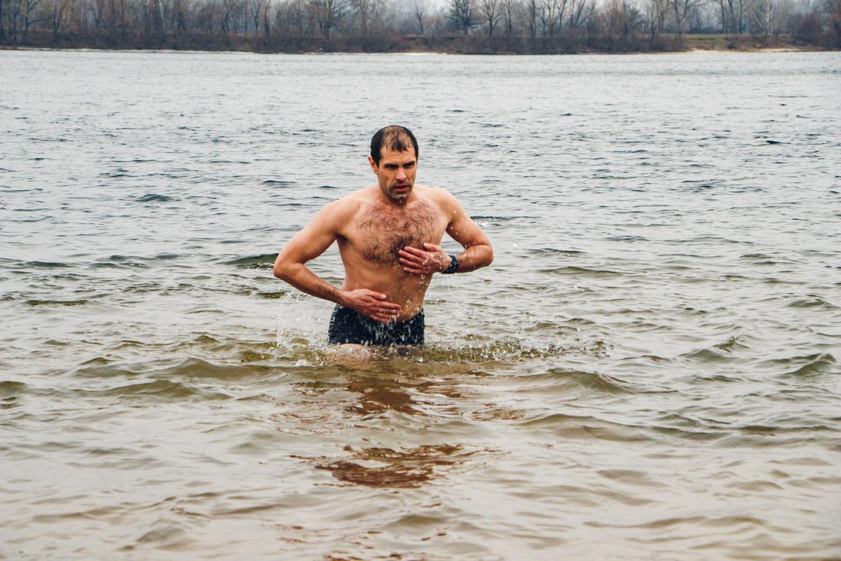 Заходить в воду лучше по пояс, после чего трижды окунуться