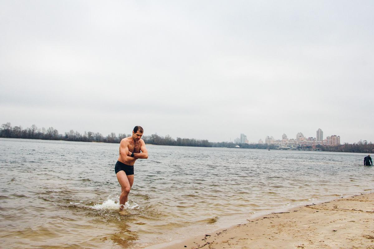 Специалисты прогнозируют, что очередей на купание не будет, ведь вода не покрылась льдом и окунаться можно в любом доступном месте