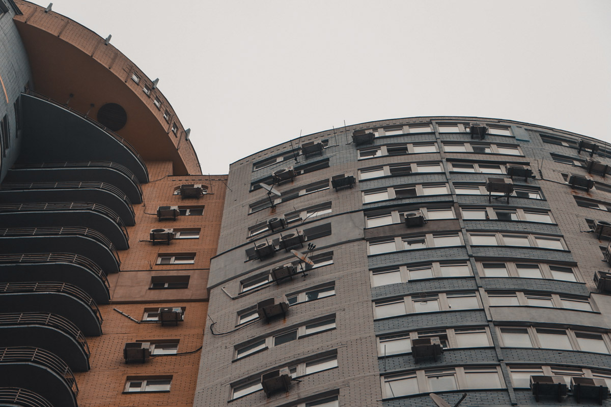 Тело лежало под балконами 25-этажного дома