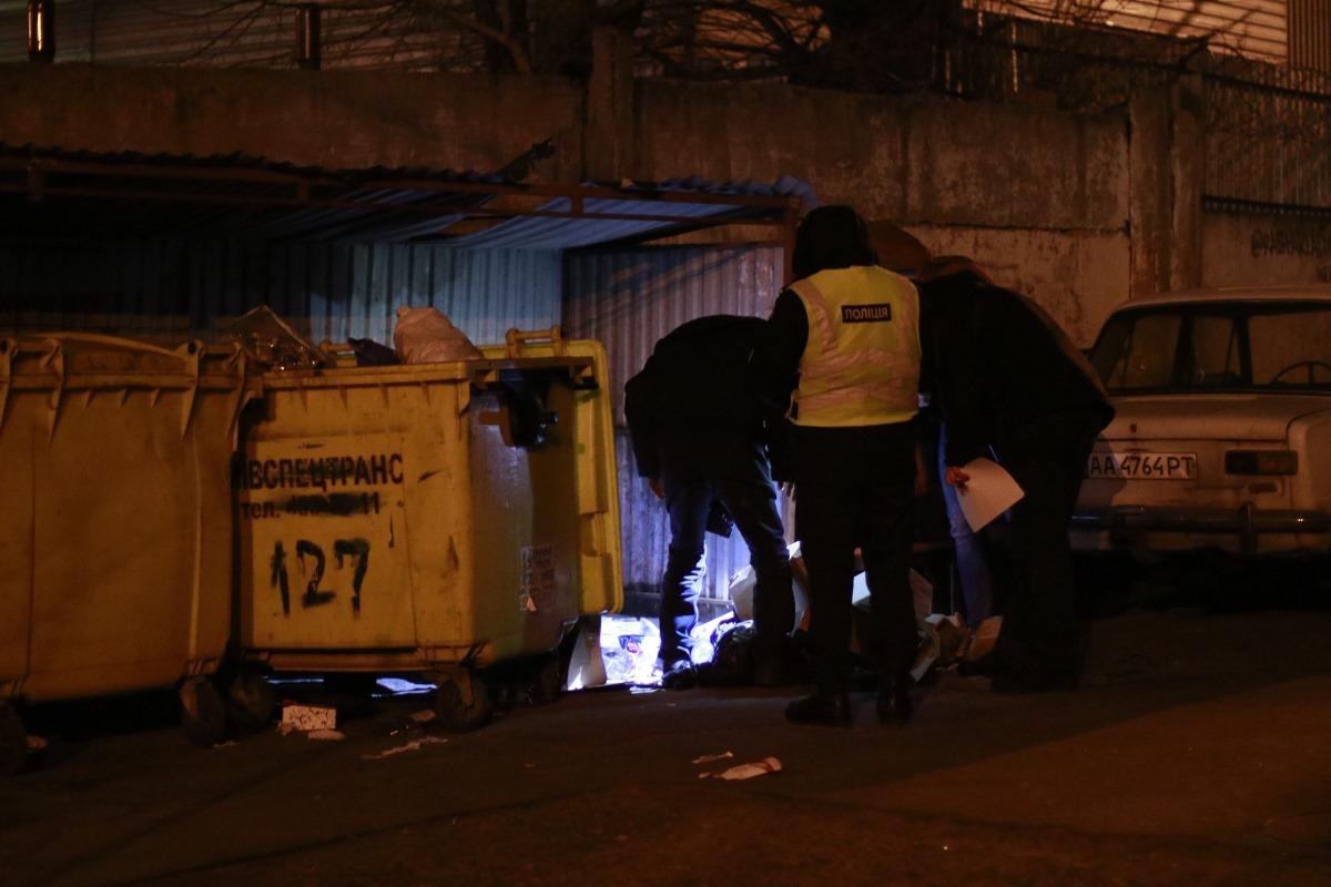 Полиция ищет улики и устанавливает возможных подозреваемых