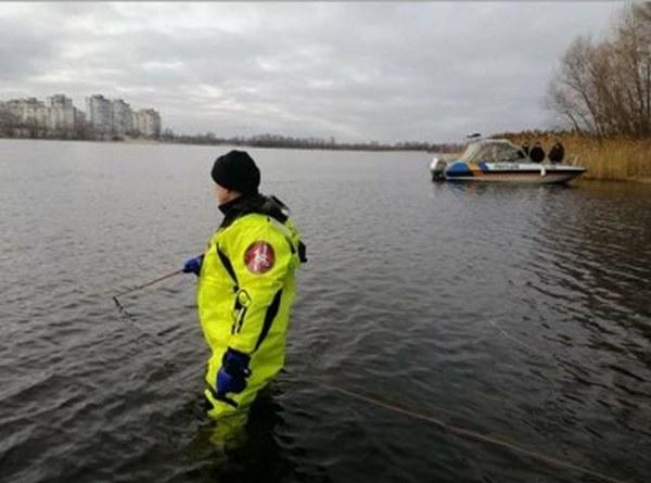 Водолазы ГСЧС несколько часов обследовали акваторию залива, чтобы найти тело, но поиски результатов не дали