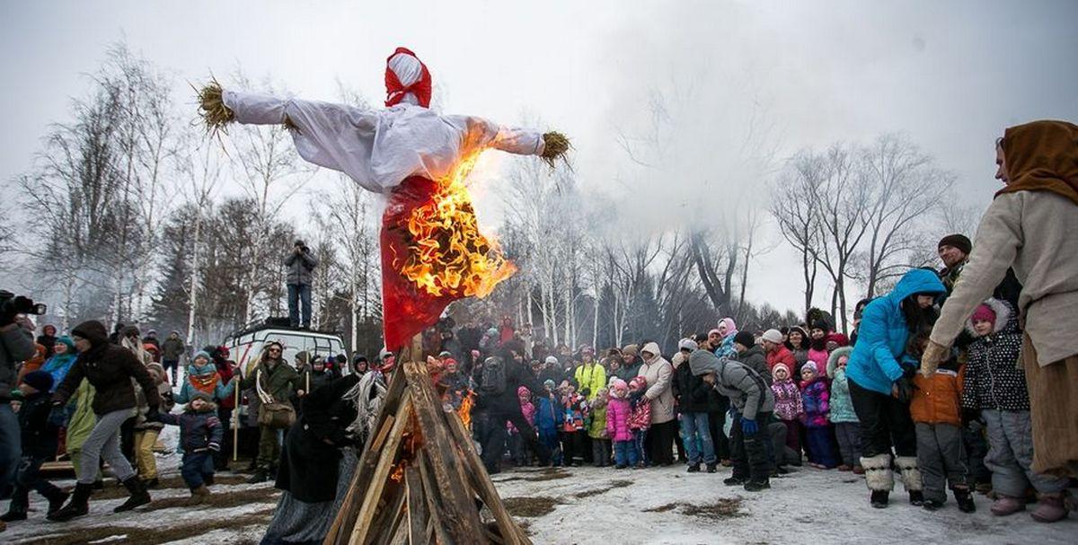 Сжигание чучела Зимы на Масленицу