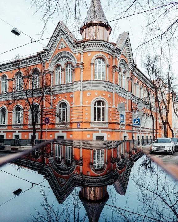 И даже безмолвные здания любуются своим отражением. Фото: @manekimell