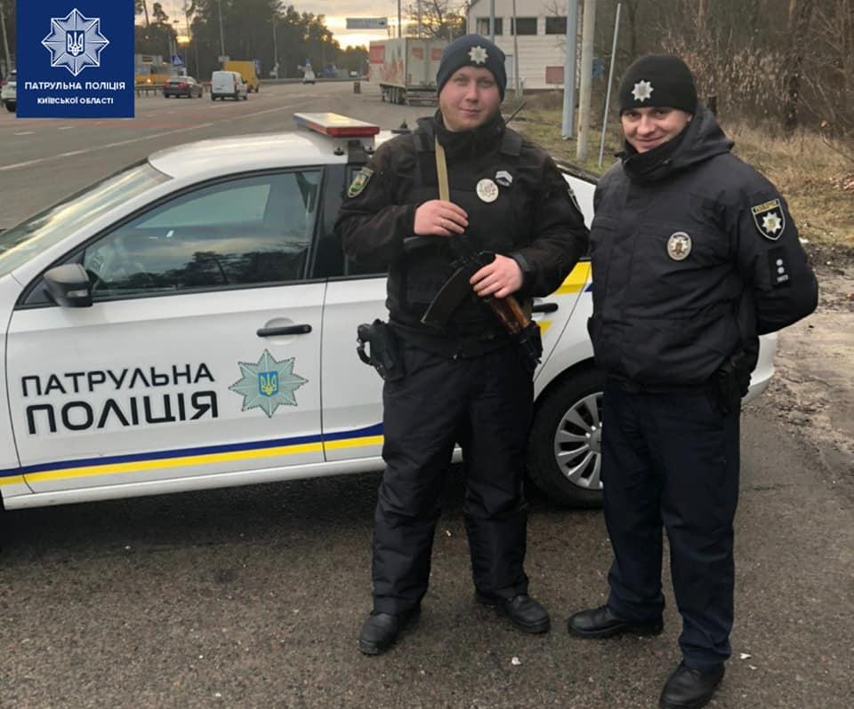 Под Киевом патрульные потушили автобус с пассажирами, который загорелся во время движения