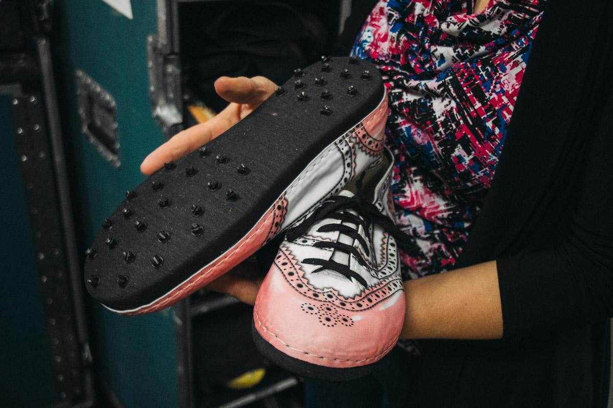 Специальная обувь, которая позволяет акробатам не скользить на льду и не повреждает поверхность