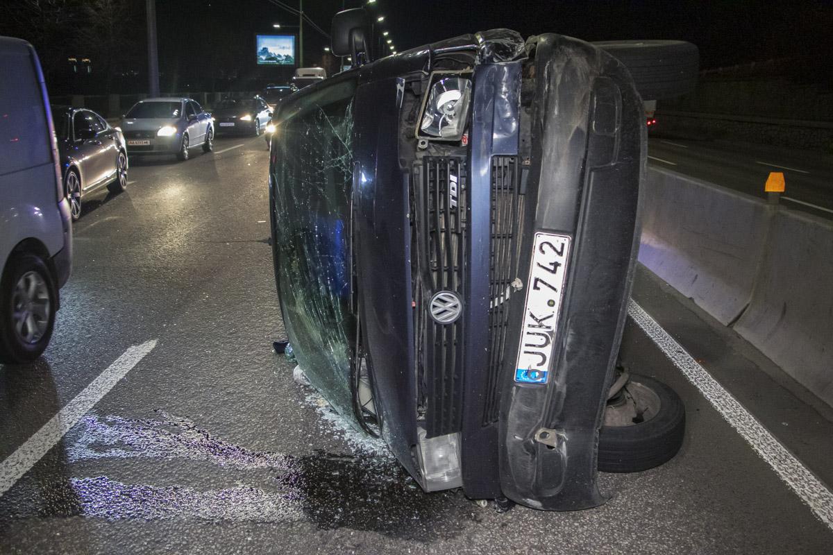 От удара микроавтобус перевернулся