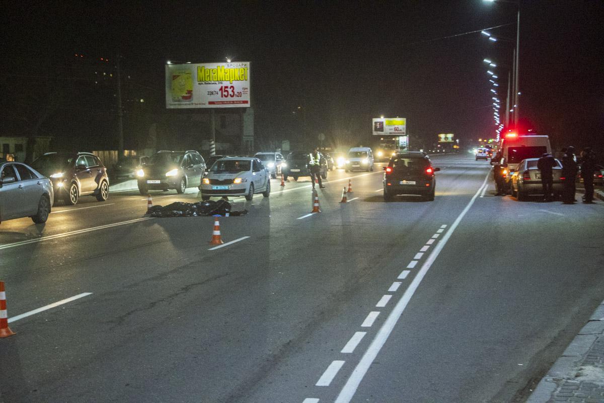 Под Киевом в городе Бровары на улице Киевской произошло смертельное ДТП с участием автомобиляNissan Almera и пешеходов