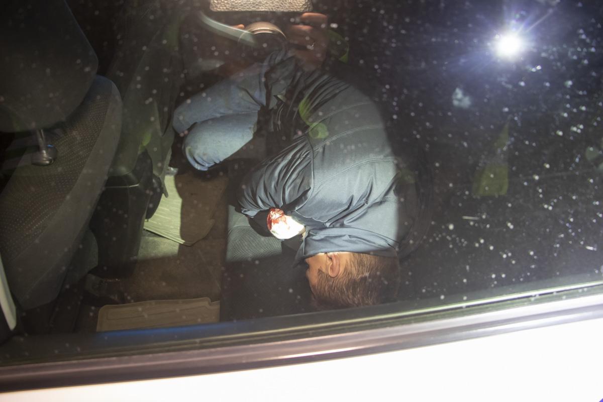 Чтобы избежать самосуда, его посадили в патрульный автомобиль, где он уснул