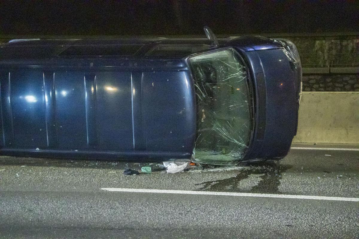 24 февраля в Киеве на Набережном шоссе, возле пешеходного моста, произошло ДТП с участием трех автомобилей