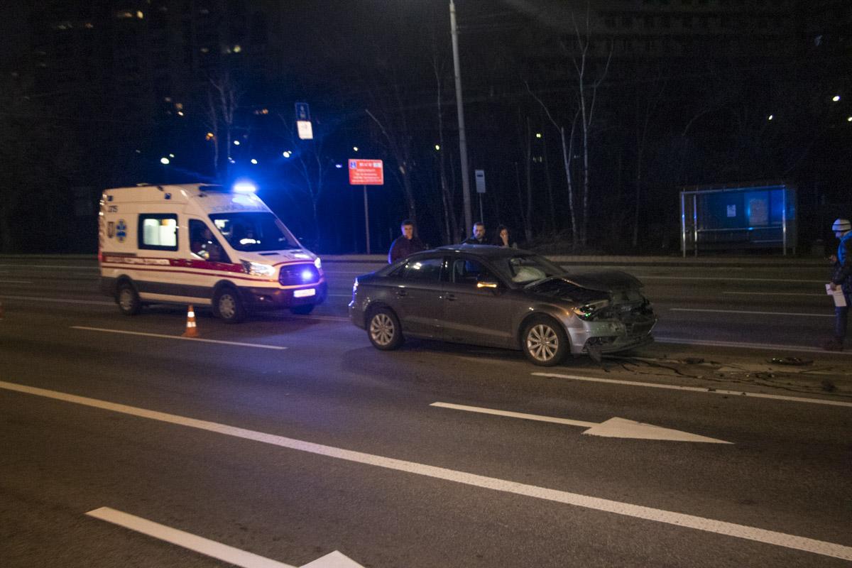 Водитель Audi не заметил три такси на светофоре