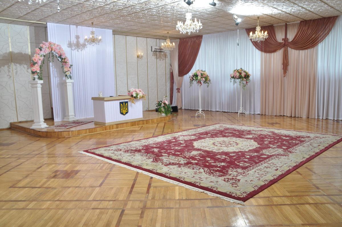 Зал для бракосочетаний в Деснянском районе выглядит вот так - с цветами и... ковром