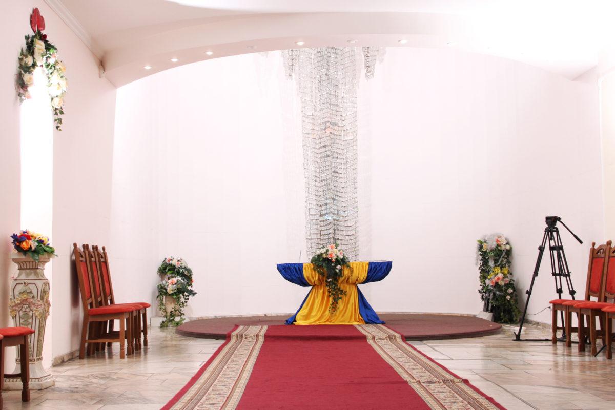 Зал РАГС в Днепровском районе очень официален, но и на такой стиль найдутся ценители