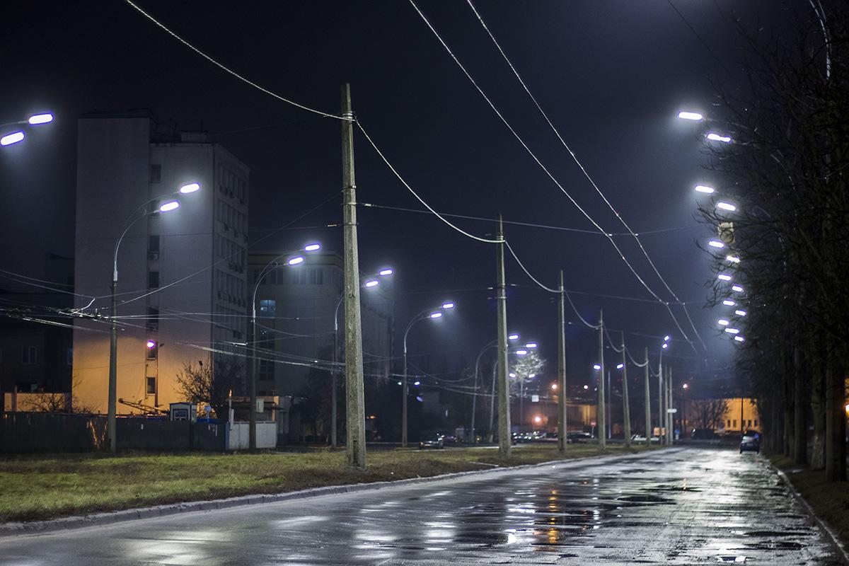 В конце на улице заканчивается жилая застройка и начинается промышленная зона