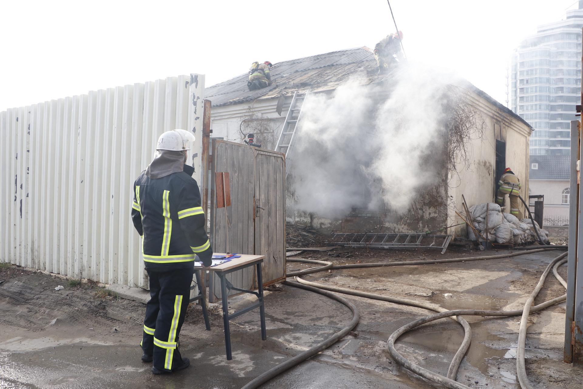 К тушению пожара привлекли 23 сотрудника ГСЧС и 5 единиц пожарно-спасательной техники