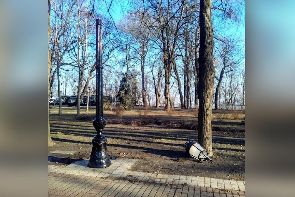 """Вместо старинных фонарных столбов поставили новые в стиле """"из Эпицентра"""""""