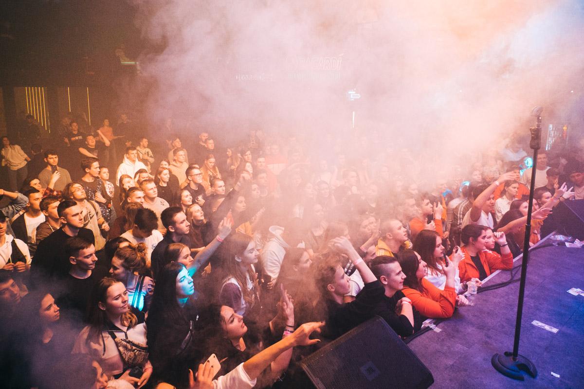 Некоторые фанаты занимали места под сценой задолго до начала концерта