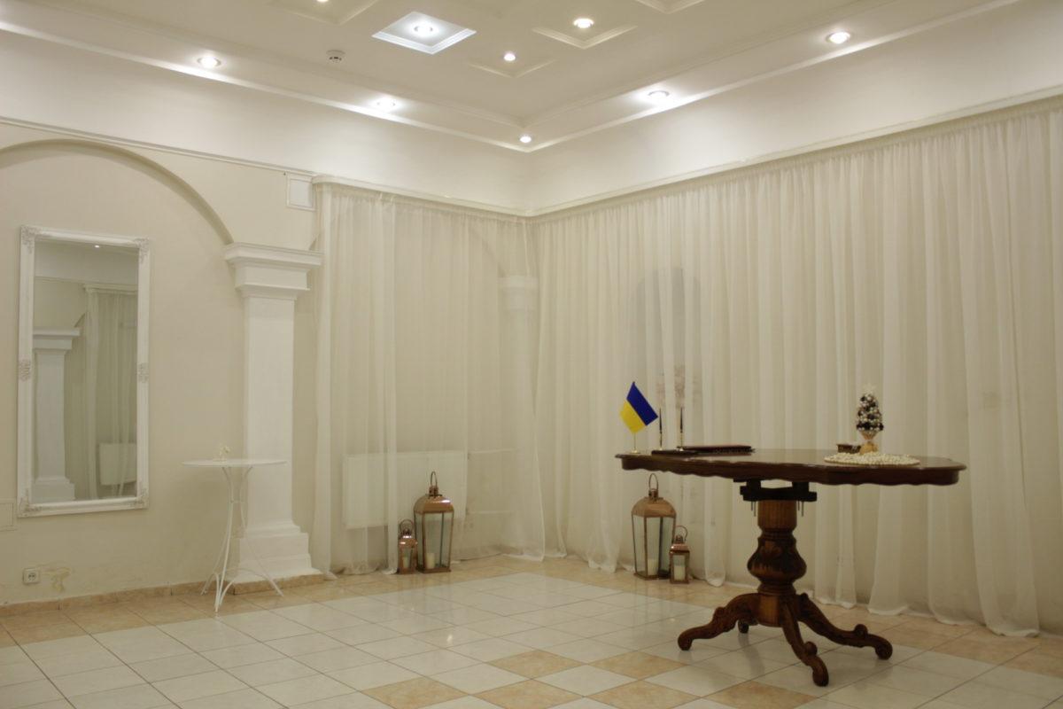 Зал РАГС в Печерском районе - как и большинство других залов - выполнен в белом цвете