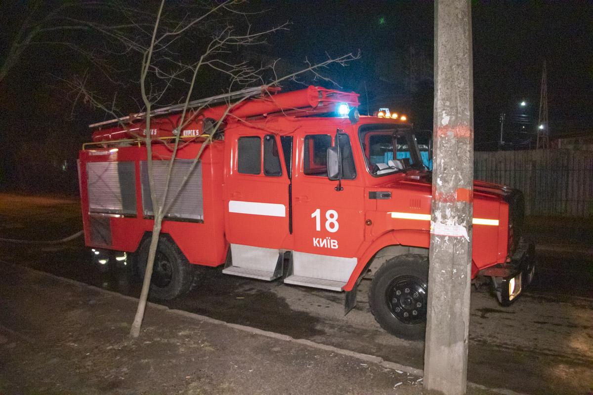 Спасатели ликвидировали пламя при помощи трех автоцистерн и пожарной лестницы