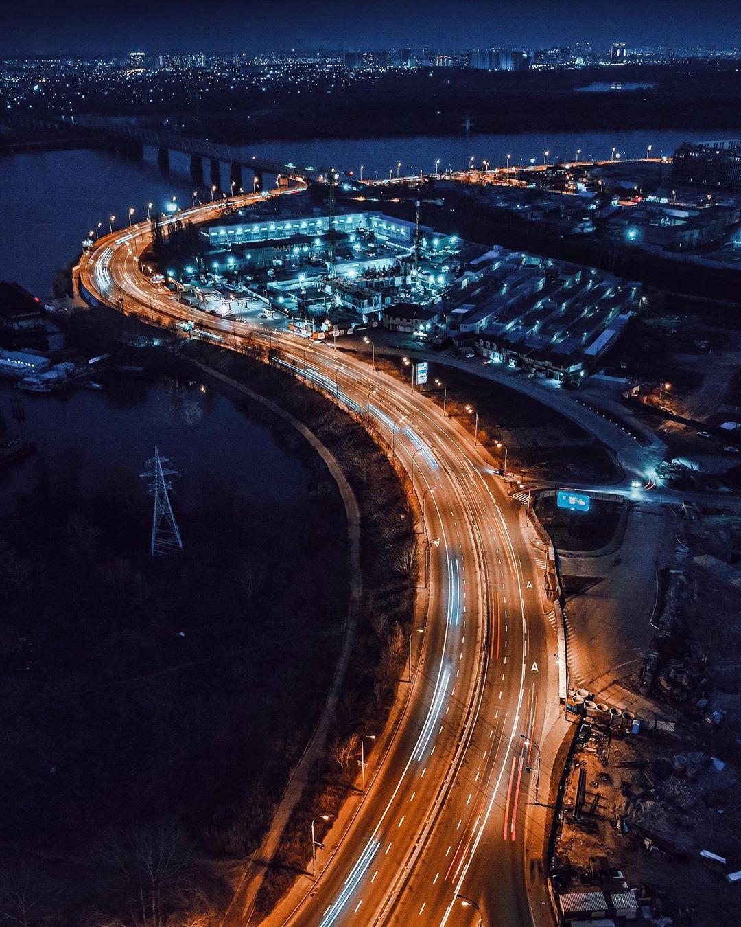 Начнем подборку с ночной артерии города. Фото - @fantakr