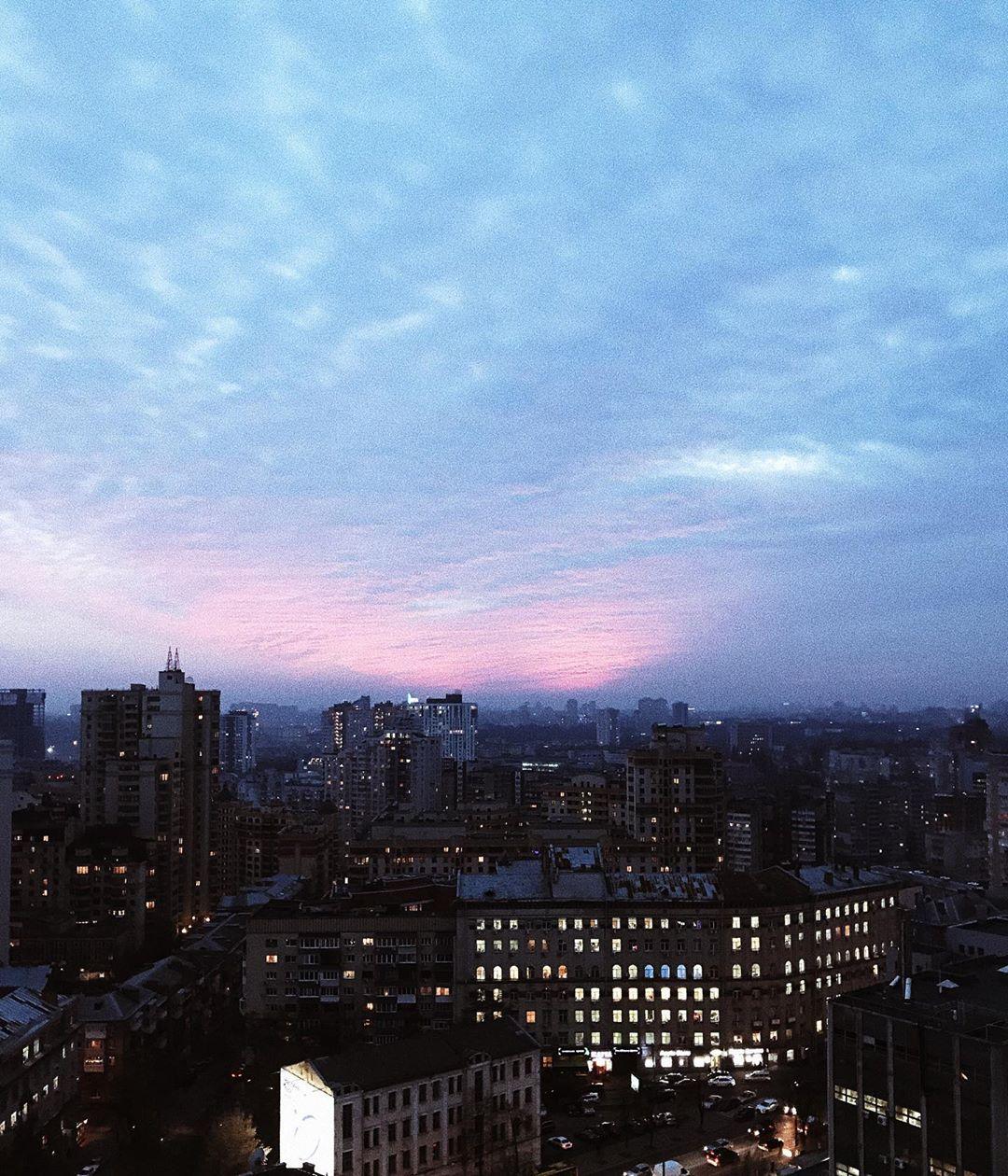По вечерам главным героем фотографий становится небо над Киевом. Фото - @yuliabevzenko