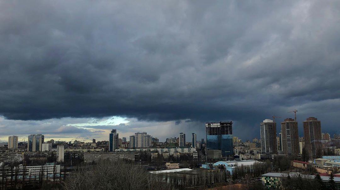 И снова свинцовое небо доминирует и давит на город. Но это все равно выглядит очаровательно. Фото - @vladislav_kuznetsov_666