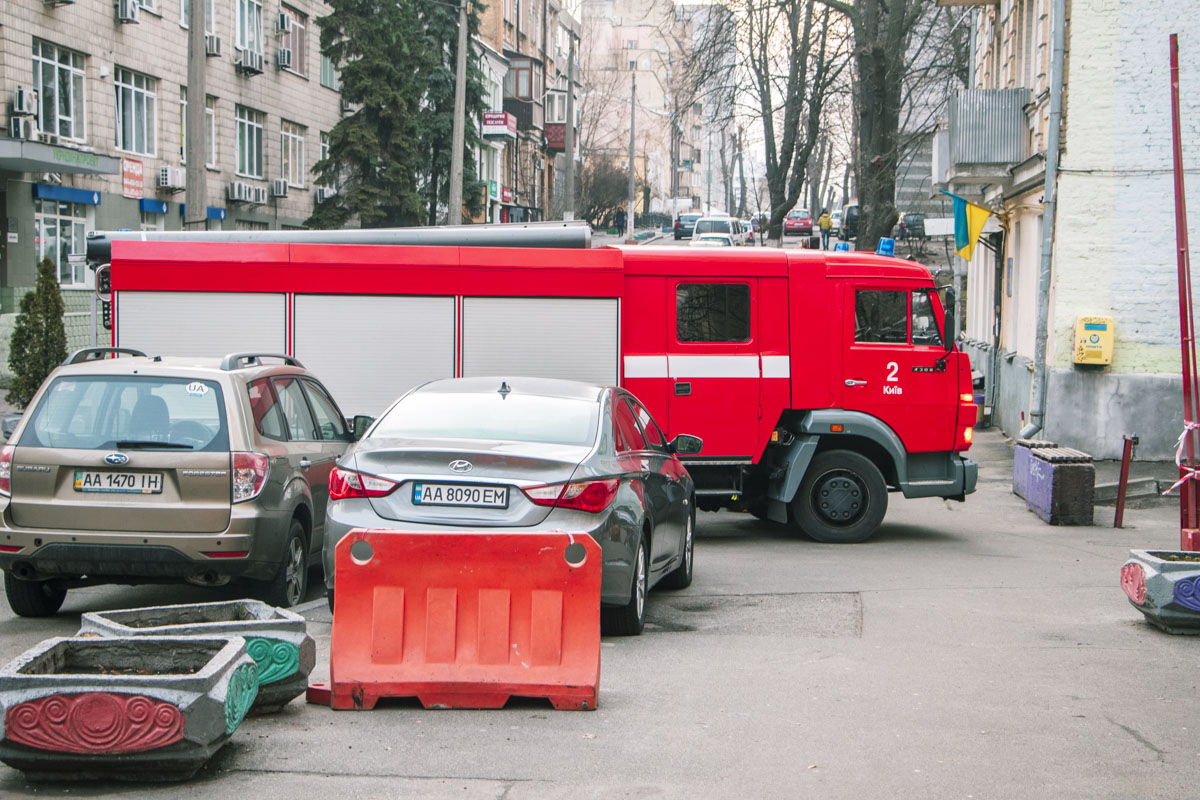 На месте работали спасатели и врачи. Полиция выясняет детали случившегося