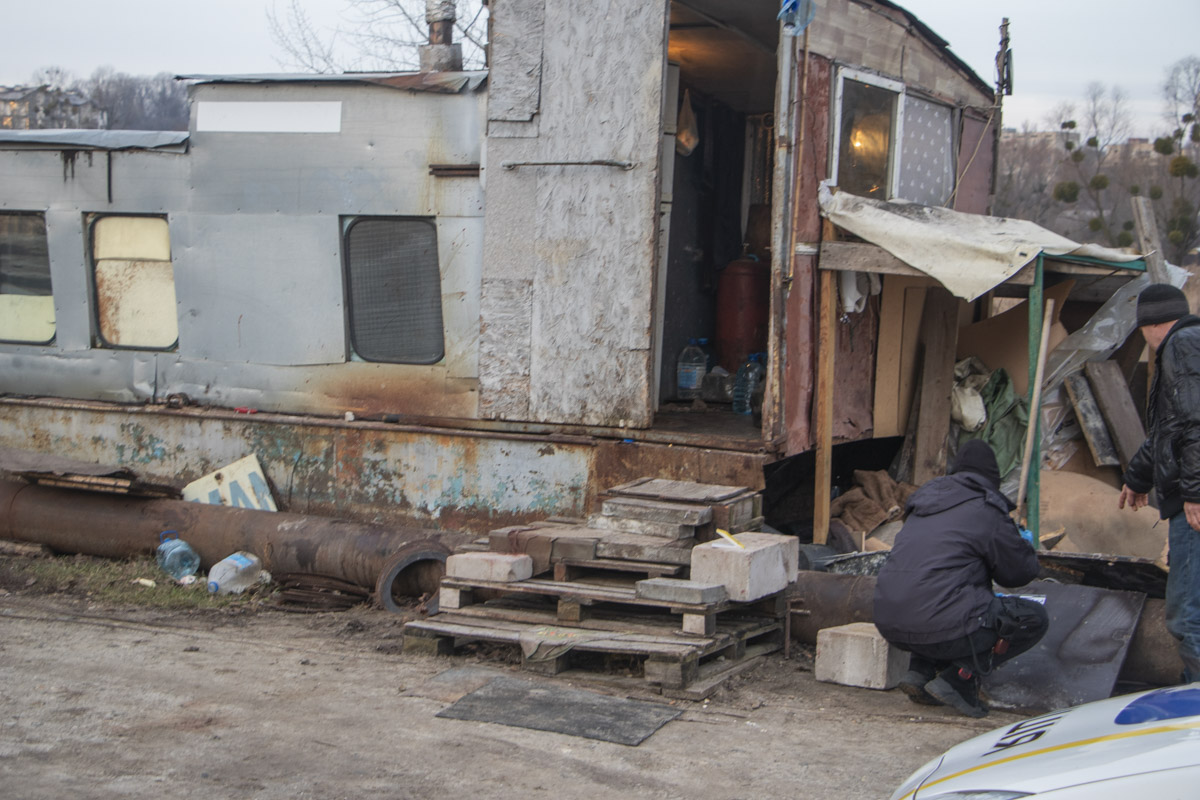 Во вторник, 25 февраля, в Киеве недалеко от улицы Набережно-Корчеватской обнаружили труп мужчины