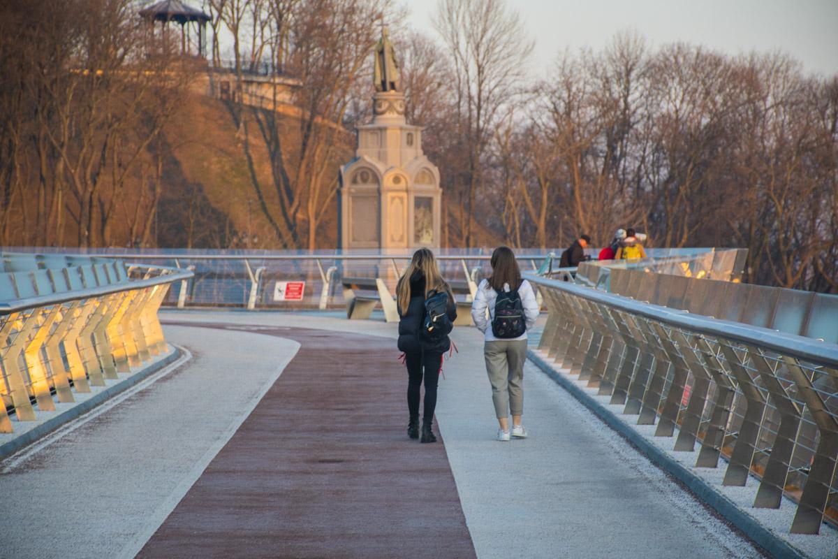 Немного, но все же люди гуляют по Киеву в 7 утра