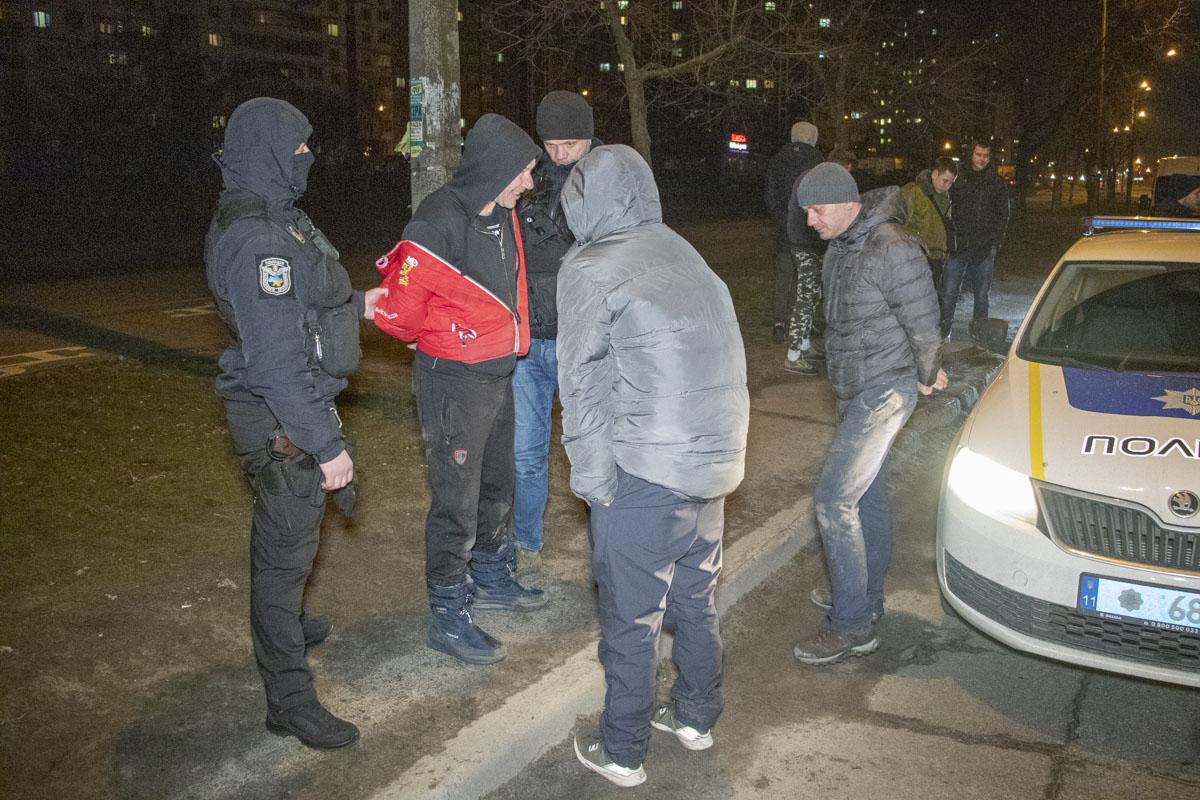 На улице Оноре де Бальзака двое мужчин пытались мешать работе полицейских