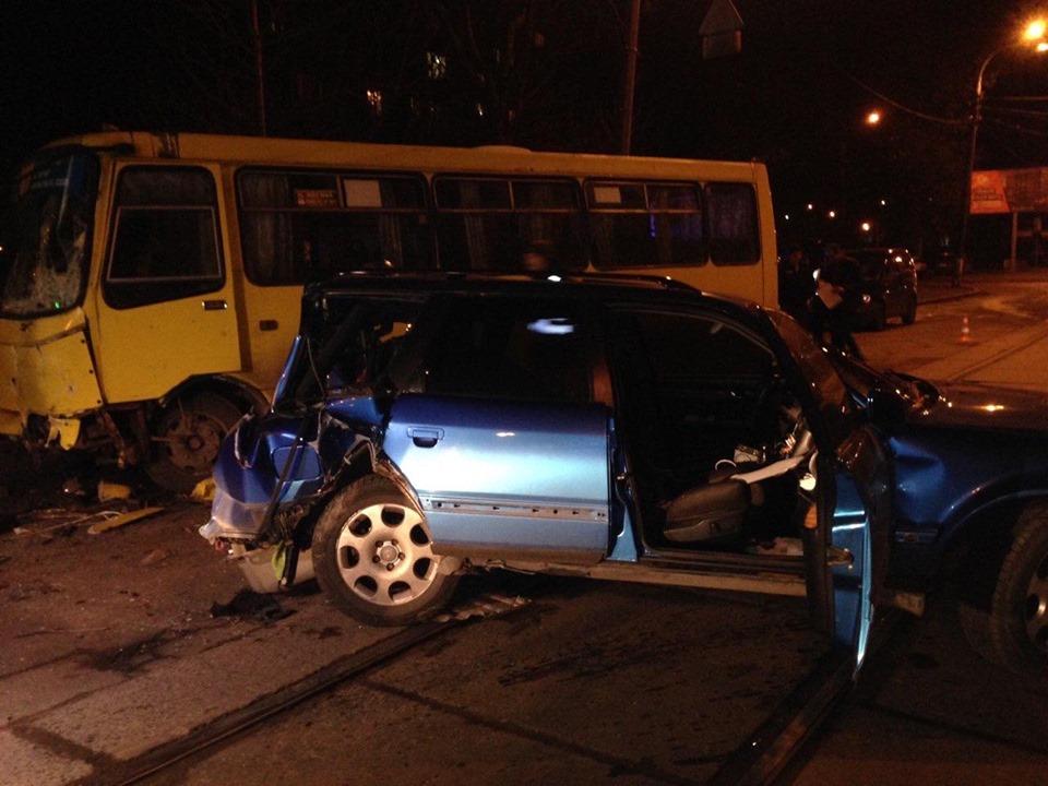 Также в больницу попали три человека из салона автобуса. Водитель легкового авто был пьян