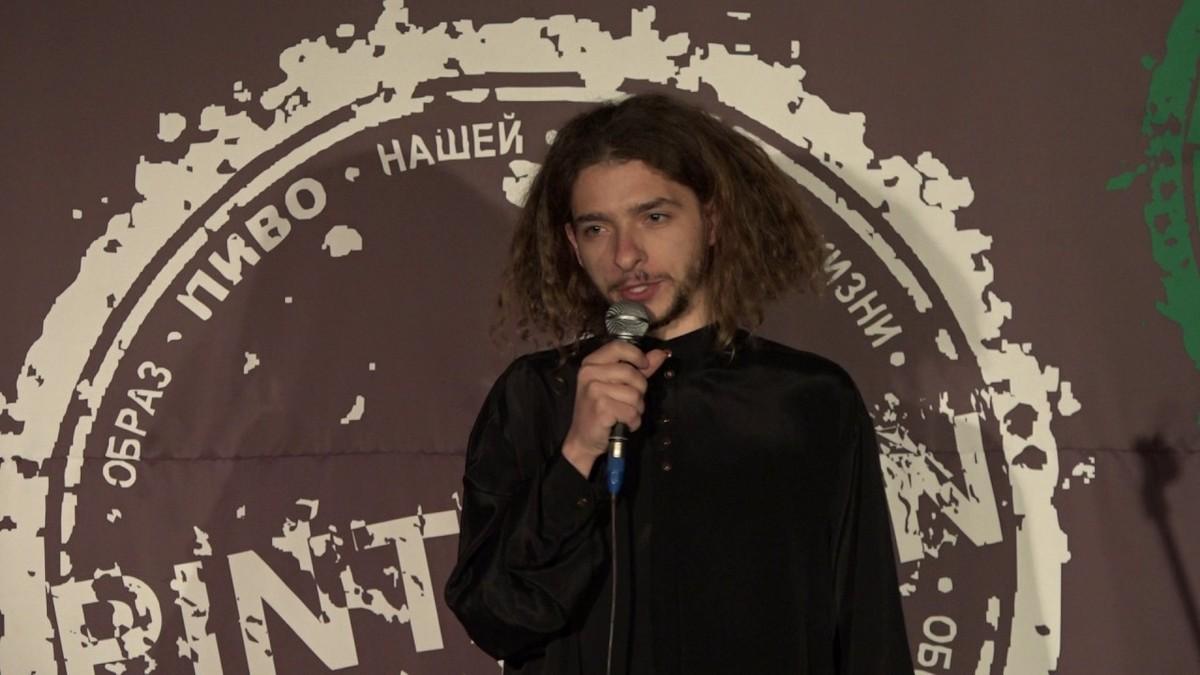 Василий Байдак привносит абсурдный юмор в стенд-ап
