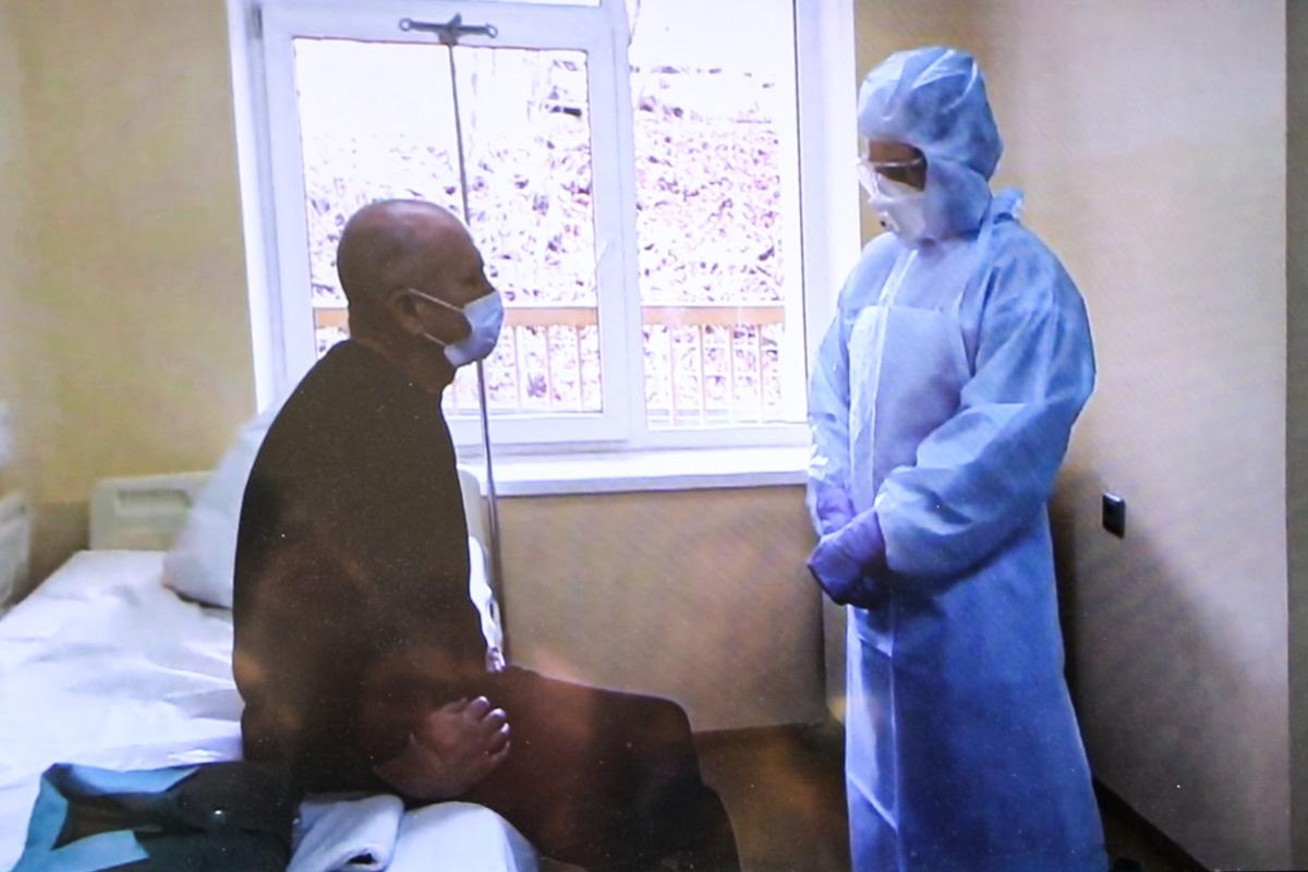 Врачи общаются с пациентом, чтобы узнать предисторию