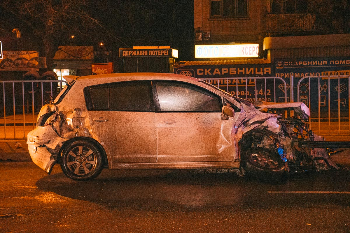Обе машины получили серьезные повреждения, на место даже прибыли сотрудники ГСЧС, чтобы избежать возгорания автомобилей