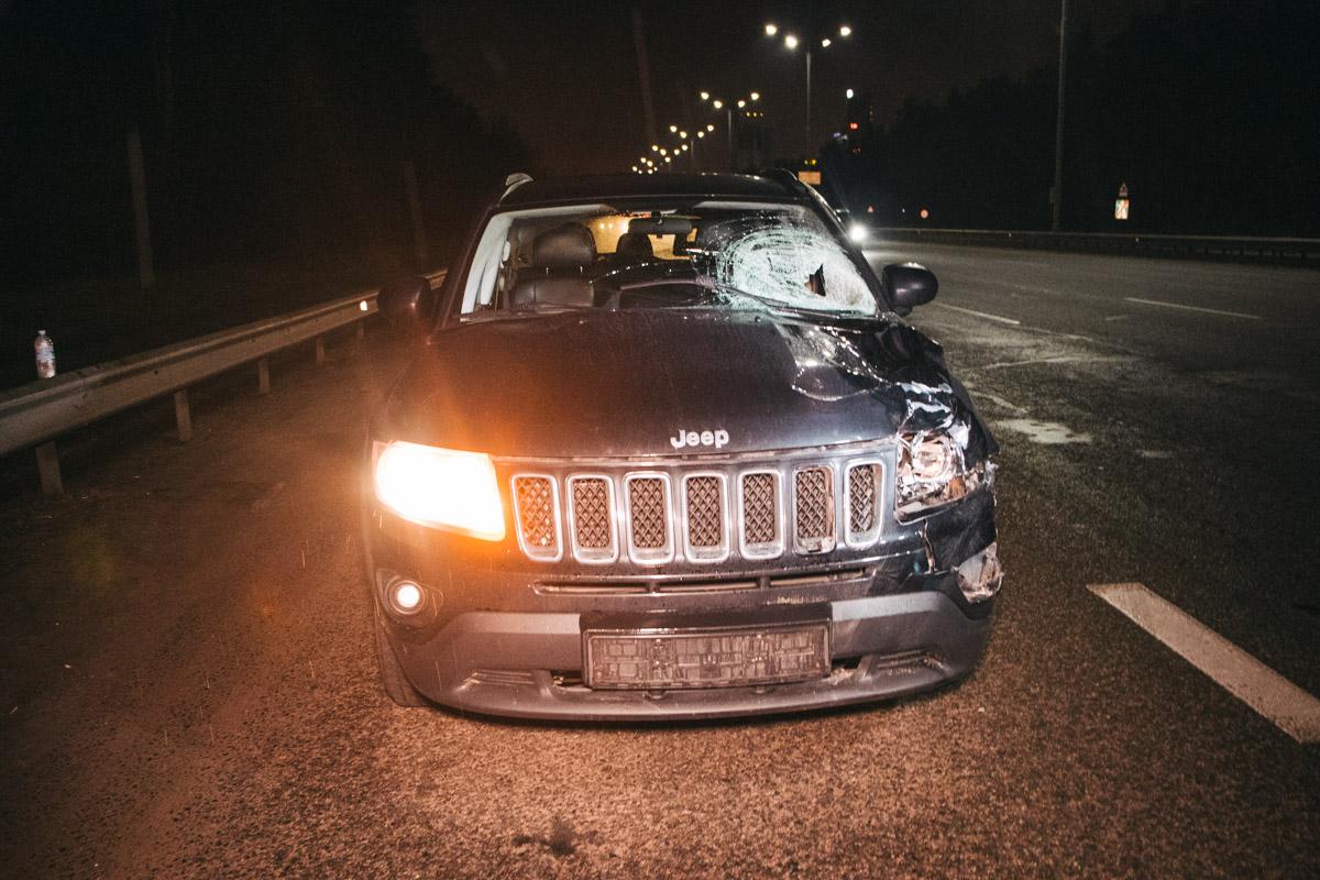АвтомобильJeep сбил мужчину