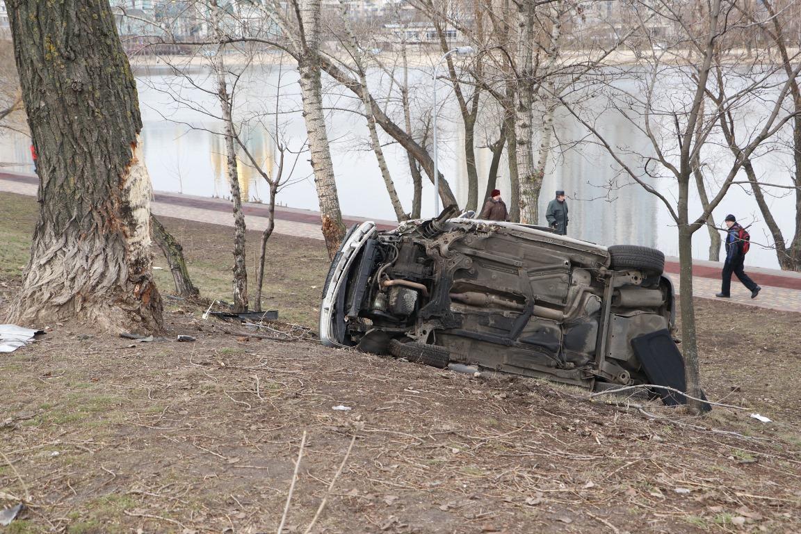 В Киеве Volkswagen протаранил Hyundai, перевернулся и чуть не упал в озеро