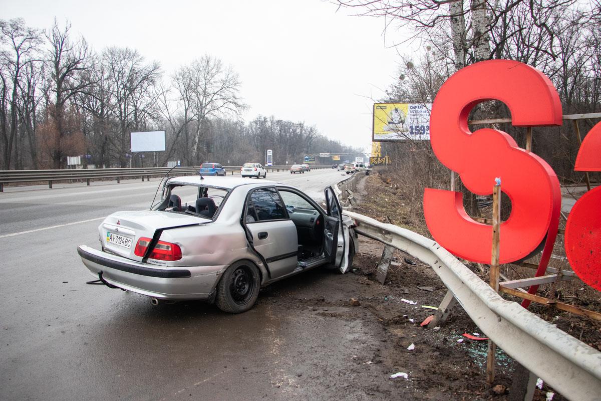 На въезде в Киев произошло ДТП с участием Mitsuboshi Carisma и Toyota Sequoya