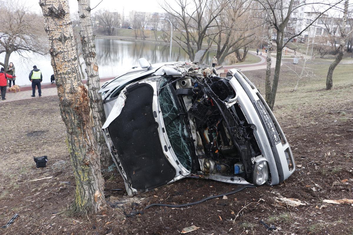 Если бы не дерево, то Volkswagen мог бы продолжить полет до тротуара с людьми или даже упасть в озеро