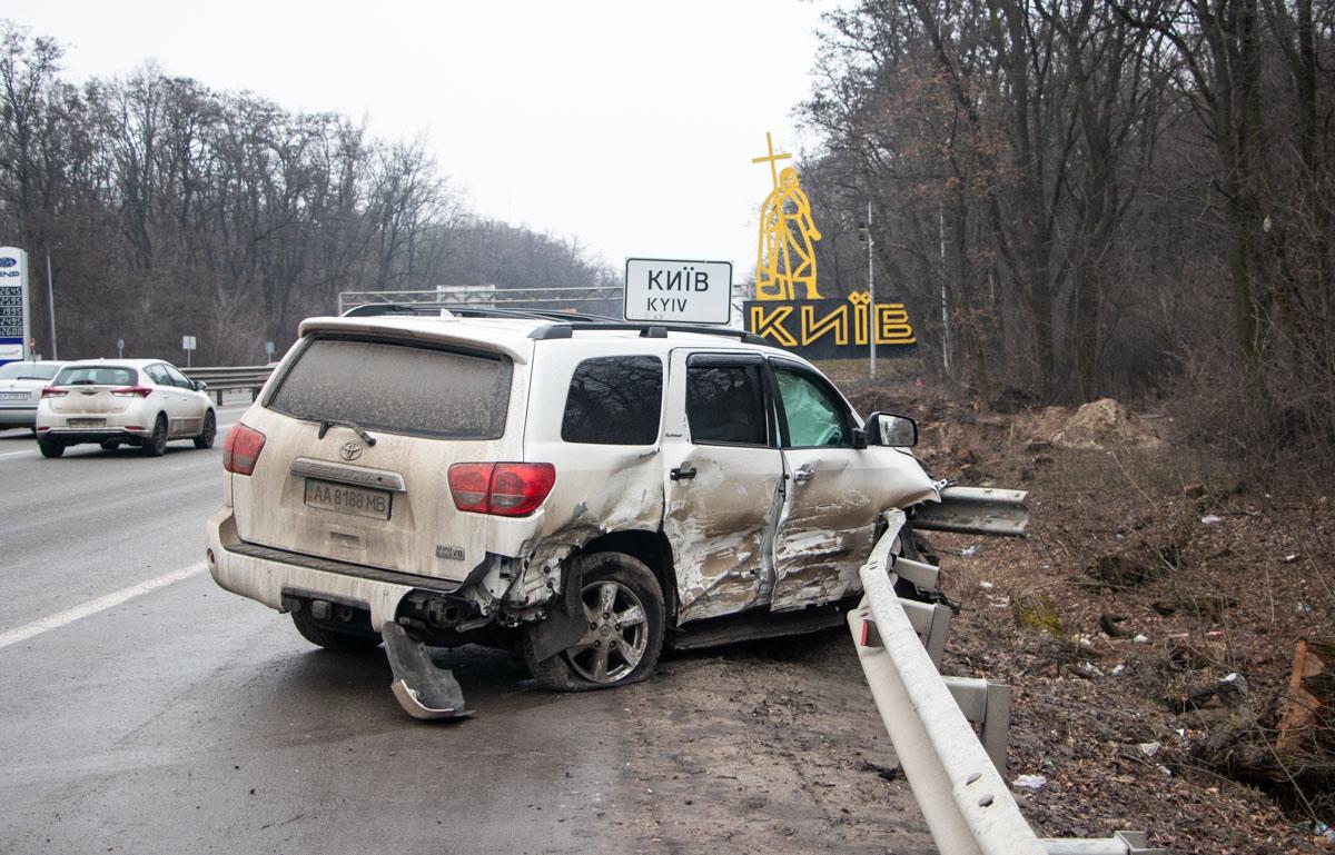 Toyota, в свою очередь, не только врезалась в авто, но и влетела в отбойник