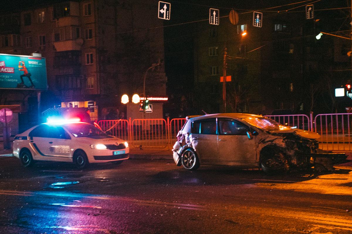 """В этот момент с улицы Петра Запорожца выезжалNissan, который не пропустил """"немца"""" и столкнулся с ним"""