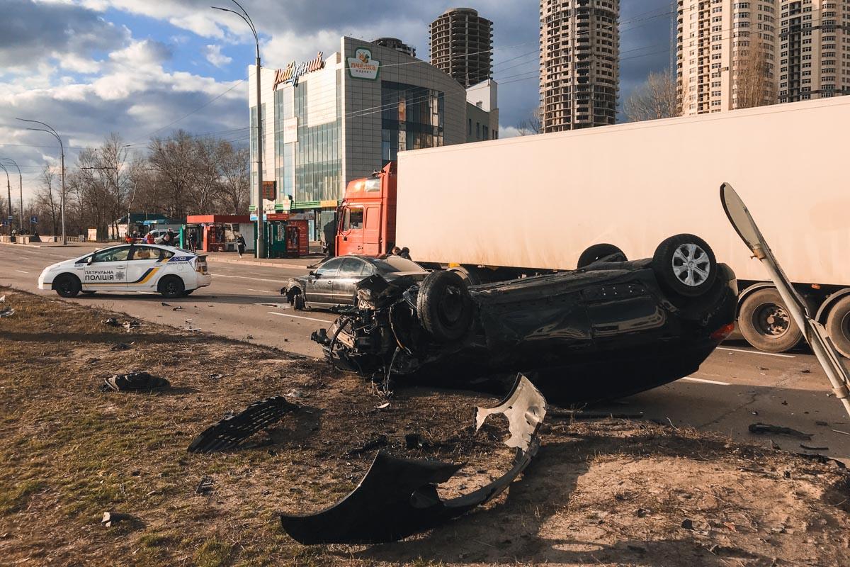 Поврежденные автомобили перекрыли две полосы, из-за этого образовалась пробка