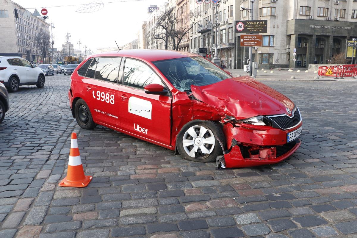 Небольшие травмы получил водитель Uber. Его проверили полицейские: таксист оказался трезвым