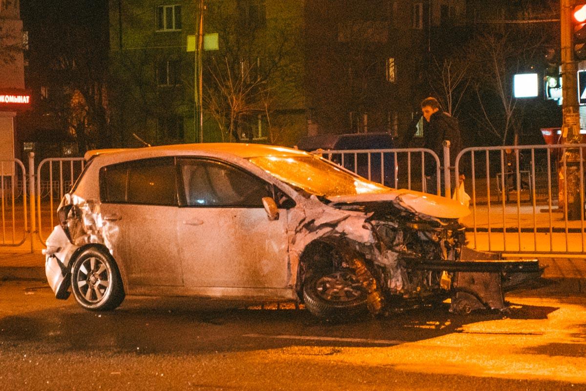 Nissan пытался повернуть с Запорожца на бульвар, не пропустил BMW и столкнулся с ним