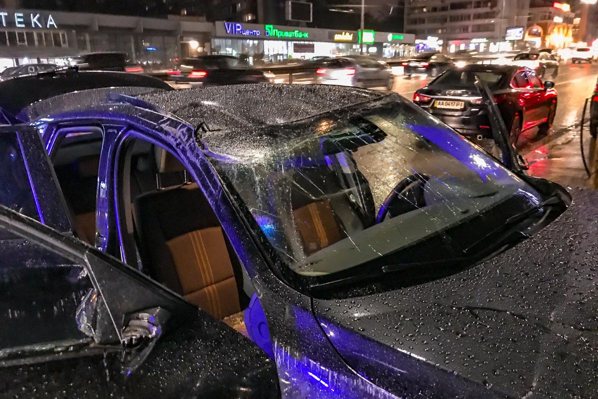 От удара BMW перевернулась, стала на колеса и перегородила полосу для общественного транспорта