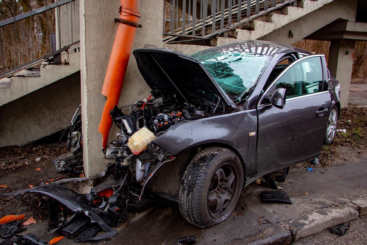 Автомобиль Opel Insignia въехал в опору пешеходного моста